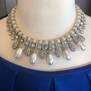 Jewelry - Stunning quality faux diamond pearl necklace